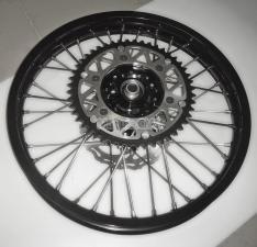 """Колесо заднее в сборе мотоциклетное КТМ 19"""" с серебристым зад. тормозным диском КТМ и звездочкой на 48 зубьев  черное"""